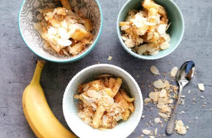 Aromatyczne banany z płatkami migdałowymi i wiórkami kokosowymi